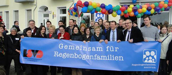 Bild der Eröffnung des Regenbogenfamilienzentrums am 15.3.2013