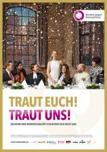 """Plakat mit der Aufschrift """"Traut euch! Traut uns!"""": Ein Hoschzeitspaar aus zwei Frauen umringt von Religionsvertreter*innen."""